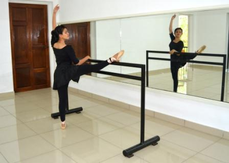 Ballet dance Indian ballerina Khushi  - Onpointe